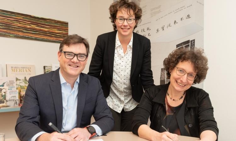 Mathijs Suidman Susan Breeusma En Lily Knibbeler Tekenen Nieuwe Overeenkomst